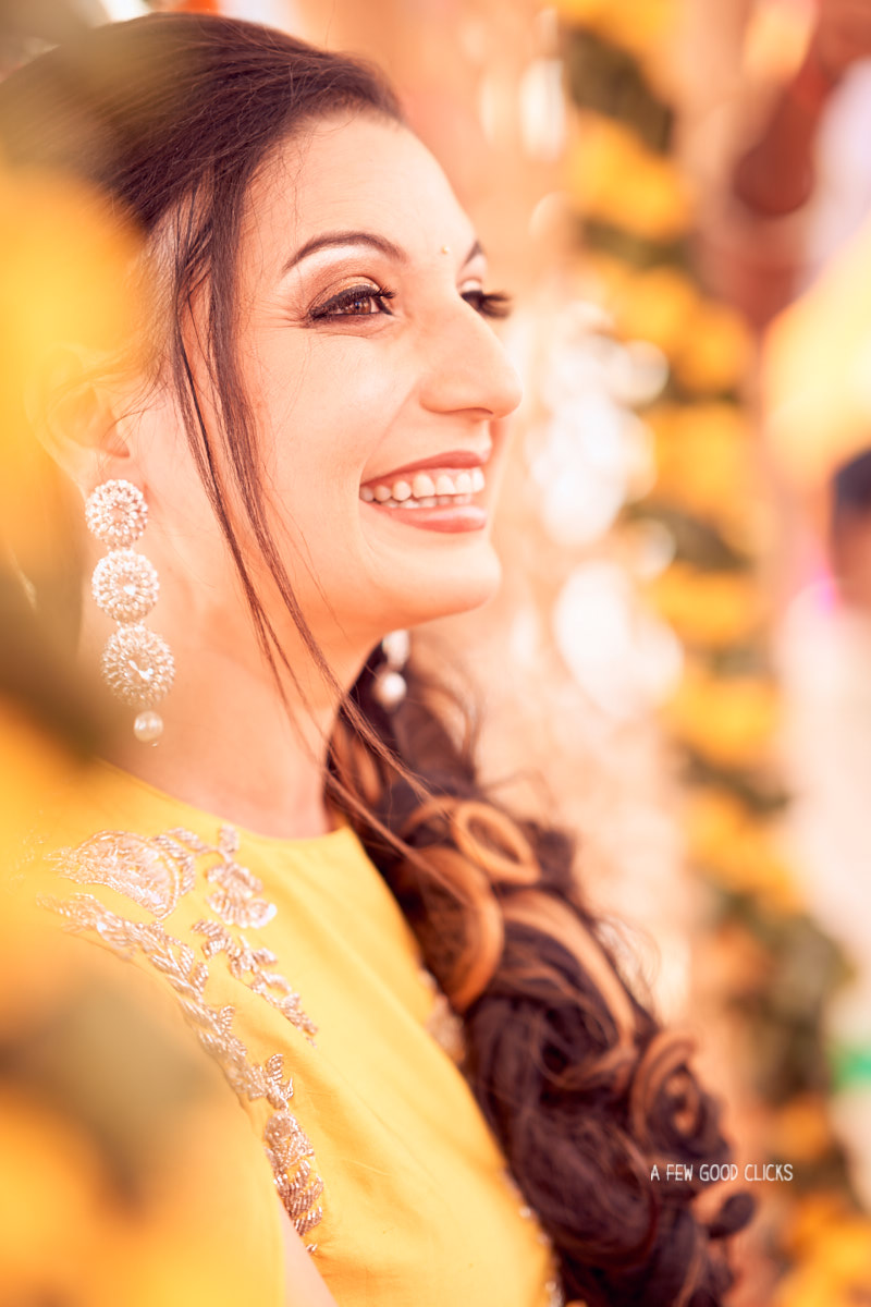 bride-poses-during-mehndi-by-wedding-photographer-in-jaipur