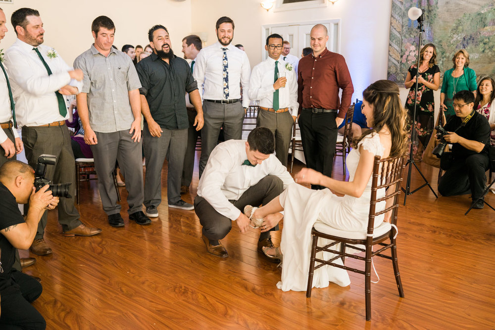 garter-toss-by-the-groom-wedding-photographer-elliston-vineyard-sunol
