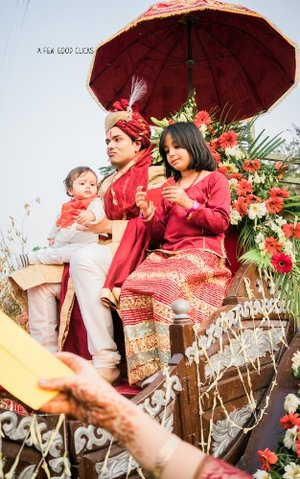 Indian-groom-sitting-on-horse-carriage-during-wedding-baraat-ceremony-photographer-a-few-good-clicks-net
