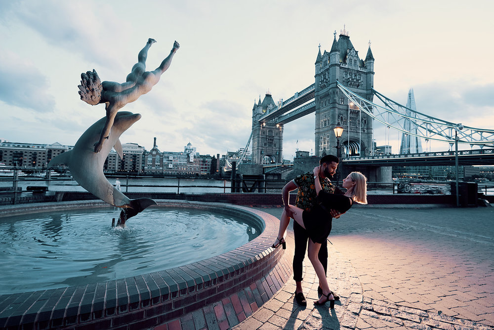 couples-photoshoot-at-tower-bridge-london-by-vacation-travel-photographer-afewgoodclicks