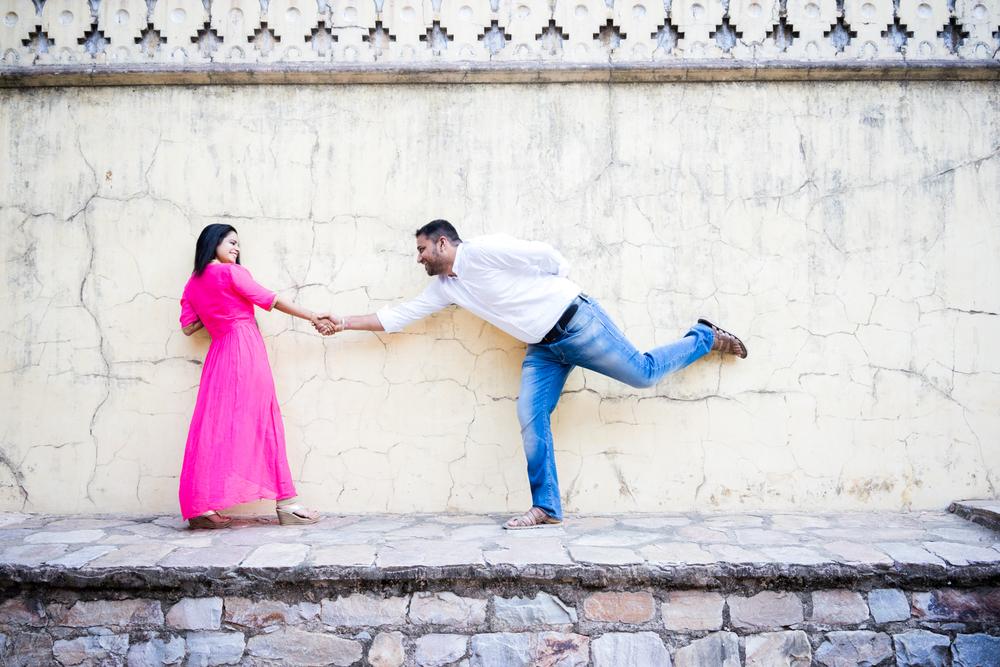 fun-couples-poses-engagement-photography-jaipur-afewgoodclicks.net