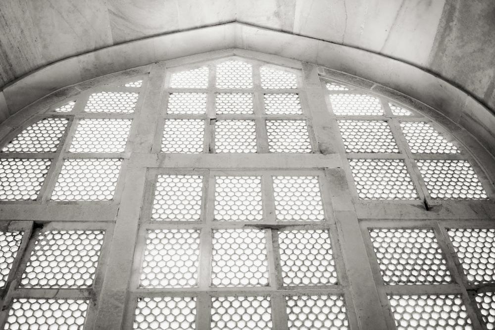 window-tajmahal-jharojha-photographs-bla-white-afewgoodclicks-travel-photographer