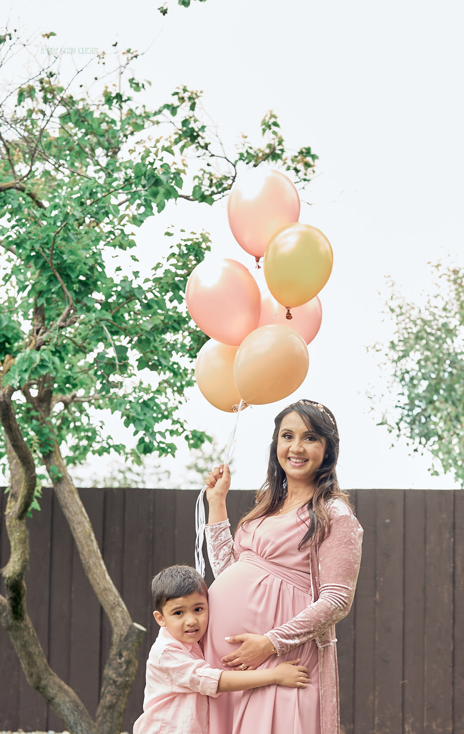 maternity-photography-with-your-first-born-and-balloons-afewgoodclicks